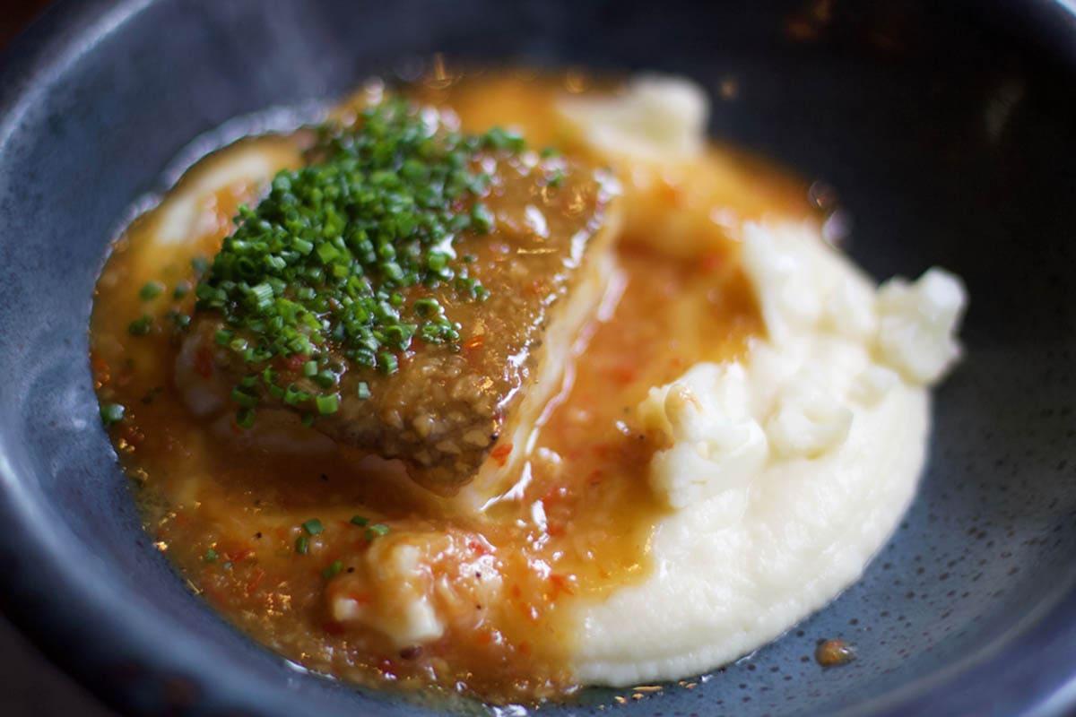 Lomo de bacalao de Islandia con salsa de ajo-chile y puré de coliflor